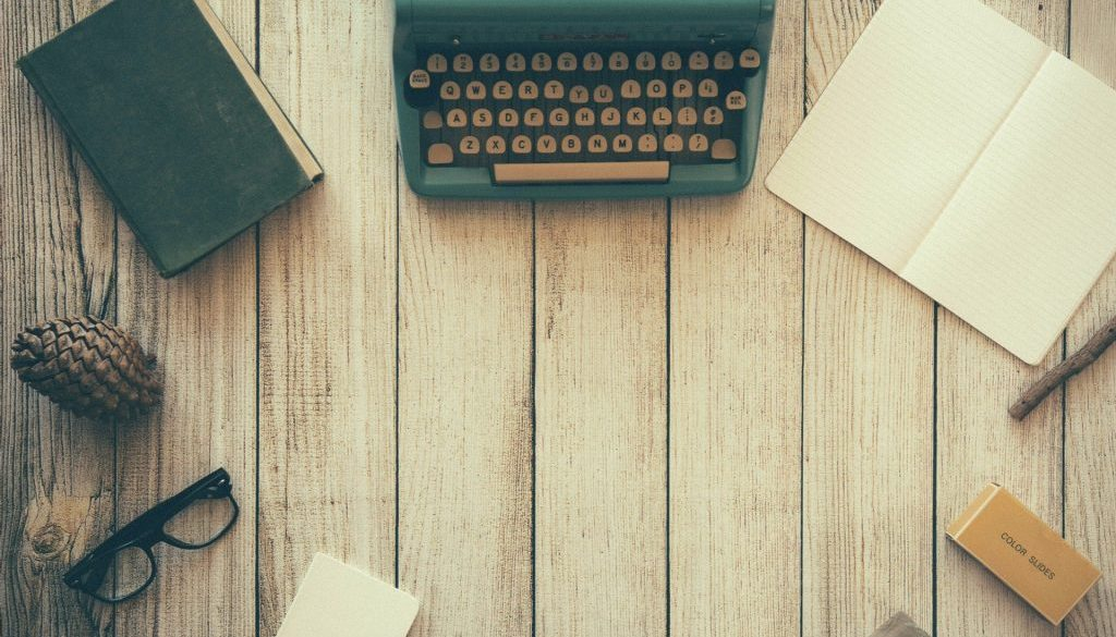 typewriter-woodendesk_1920